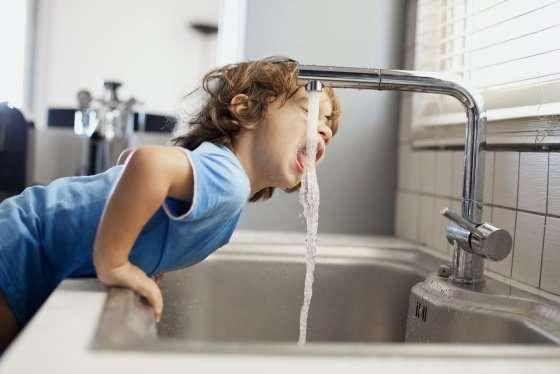 niño toma agua maihue